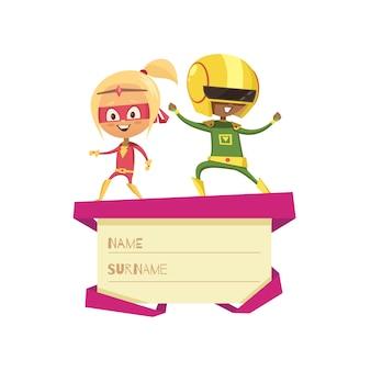 ギフト用の箱の蓋の上で踊るスーパーヒーローとして服を着た子供たち