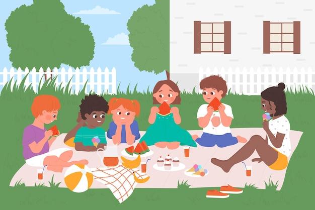子供たちはピクニック料理を食べます幸せな子供たちの友人は庭で一緒にピクニックに楽しい時間を過ごします