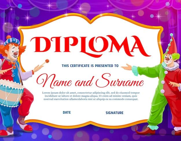 サーカスのピエロ、達成のベクトル証明書と子供の教育の卒業証書。サーカスの舞台、ボケ味の背景にドラムと漫画のピエロ。キッズスクール卒業証書または感謝状