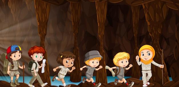 Дети, изучающие пещеру