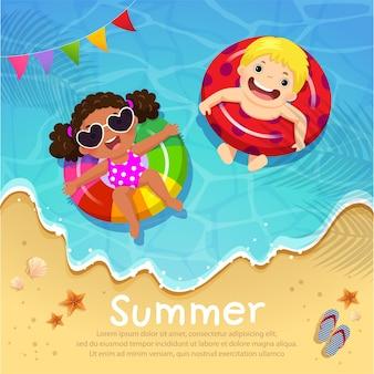 여름 시간에 해변에서 풍선에 떠있는 아이.
