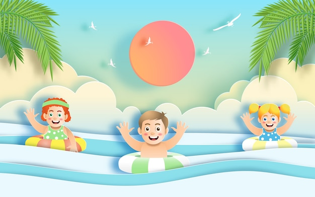 休日にビーチで楽しい子供たち。