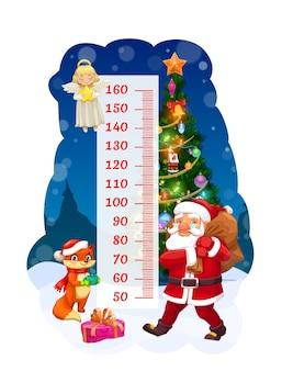 어린이 키 차트, 선물 가방 성장 측정기가 있는 산타. 장식된 크리스마스 트리 및 규모 근처에 만화 캐릭터 천사, 산타클로스, 귀여운 여우가 있는 어린이 키 측정을 위한 벡터 벽 스티커