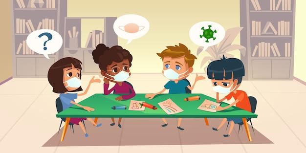コロナウイルスの流行中に学校や幼稚園でマスクをしている子供たち。テーブルの絵の周りに座って、本棚、漫画のイラストと図書館の部屋でおしゃべり多民族の子供たち
