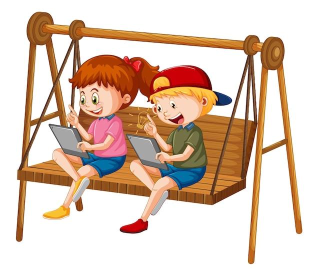그네 의자에 태블릿을 놓고 온라인으로 기대고 있는 아이들