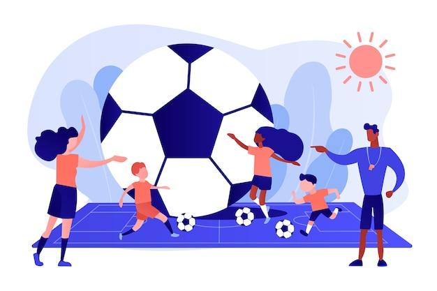 Дети учатся играть в футбол мячами на поле в летнем лагере, крохотные человечки. футбольный лагерь, футбольная академия, концепция детской футбольной школы. розовый коралловый синий вектор изолированных иллюстрация