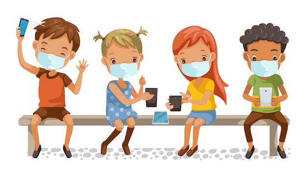 키즈 마스크 그룹. 전화를 사용하는 소녀와 소년. 학교 의자에 앉아. 전자 학습 또는 교육 기술 및 새로운 일반 개념.