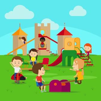 Дети на детской площадке. замок и качели со счастливыми детьми