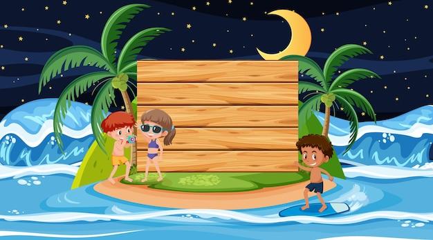 空の木製バナーテンプレートとビーチの夜のシーンで夏休みの子供たち