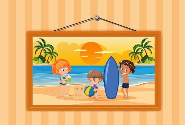 壁に掛かっているフレームで夏休みのシーンの写真の子供たち