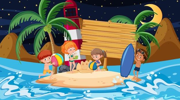 空の木製バナーテンプレートとビーチの夜のシーンで休暇中の子供たち