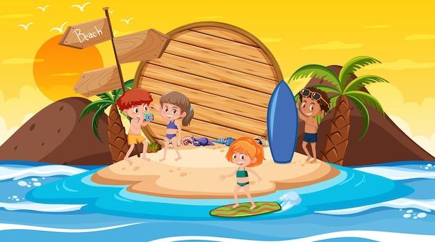 空のバナーテンプレートとビーチの夕日のシーンで休暇中の子供たち
