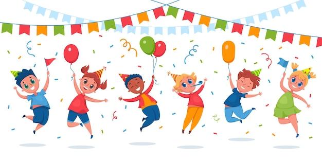 キッズパーティー。風船、紙吹雪、旗でジャンプする幸せな子供たち。パーティーハットの女の子と男の子は誕生日を祝うのを楽しんでいます