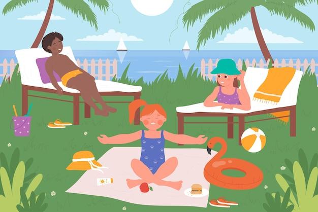 아이들은 바다에서 놀다 열대 해변 귀여운 아이들은 행복한 여름 섬 휴가를 일광욕