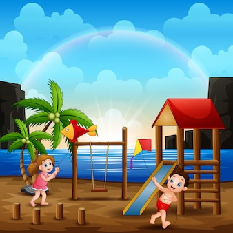 Дети играют на пляже со своим кайтом