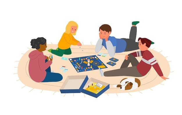 Дети играют в настольную игру на полу