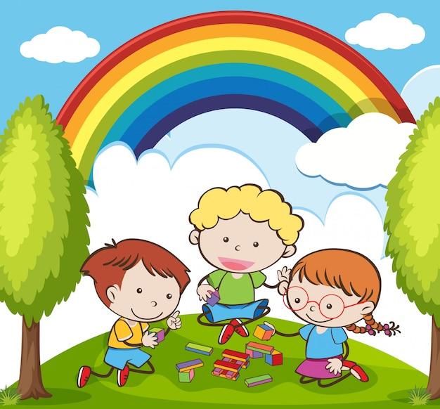 美しい日の庭でレンガを弾く子供たち