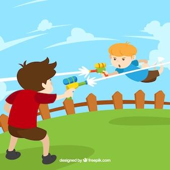 Bambini che giocano in giardino con pistole ad acqua