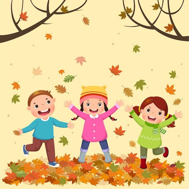 Дети играют на открытом воздухе осенью