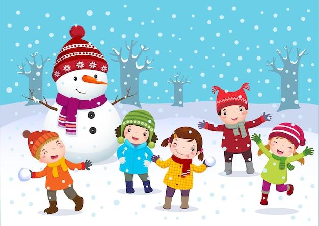 冬の野外で遊ぶ子供たち