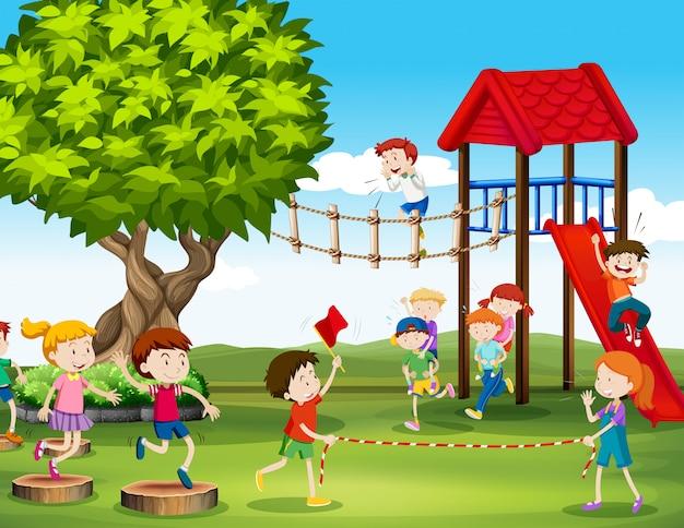 Bambini che giocano e corrono nel parco giochi