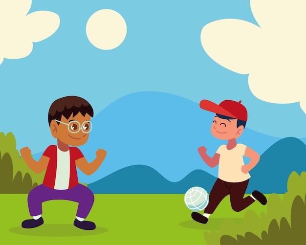 Дети играют с мячом в траве