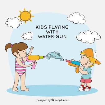 Bambini che giocano con pistole ad acqua di plastica