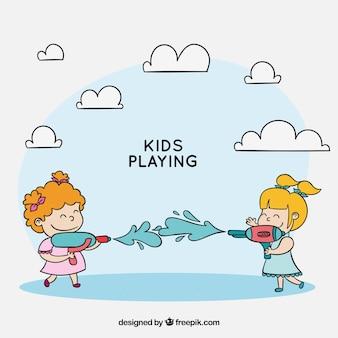 プラスチック製の水銃で遊んでいる子供たち