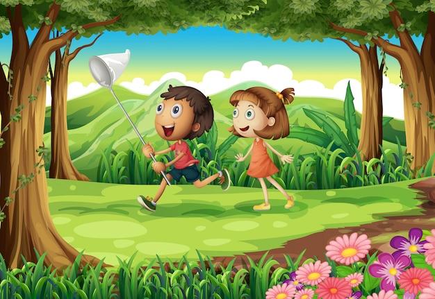 Bambini che giocano nei boschi Vettore gratuito