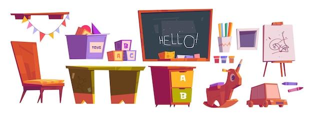 子供のプレイルームまたは学校の家具および設備の黒板、机と椅子、ブロックキューブ、おもちゃ