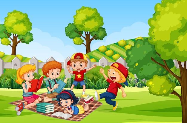 庭で本を読んでいる子供たち