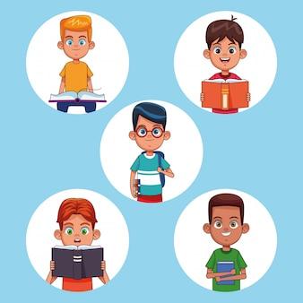 本の漫画を読む子供たち