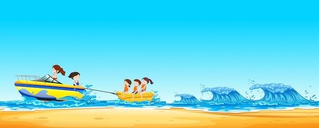 Детская верховая банановая лодка в океане