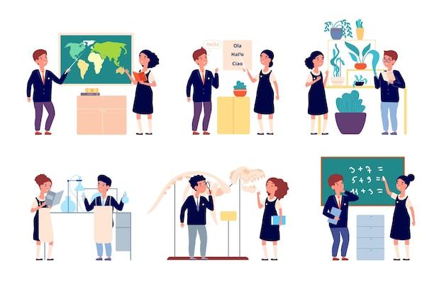 キッズスクールレッスン。子供たちは勉強し、制服を着た男の子の女の子。幸せな賢い学生、漫画の化学実験、ベクトルセットを勉強している地理。化学と植物学、言語と地理のイラスト