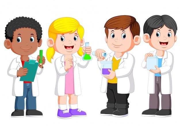 白い実験室のガウンを着ている子供の科学者