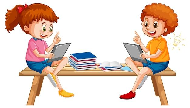 タブレットから学ぶ木製のベンチに座っている子供たち