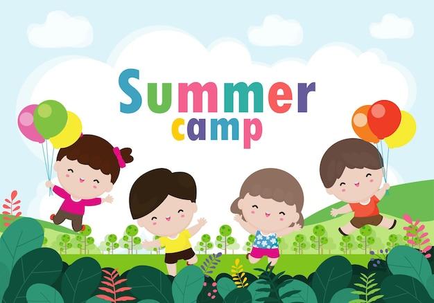 キャンプで活動をしている幸せな子供たちと子供たちのサマーキャンプバナー