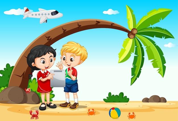 Дети с помощью планшета во время путешествия на фоне пляжа и самолета