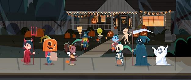 子供たちがモンスター衣装を着て町のトリックを歩くしたり、ハッピーハロウィンバナーホリデーコンセプトを扱う