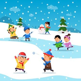 Дети зимой играют. веселая улыбка счастья детей на холодной снежной площадке праздник мультфильма