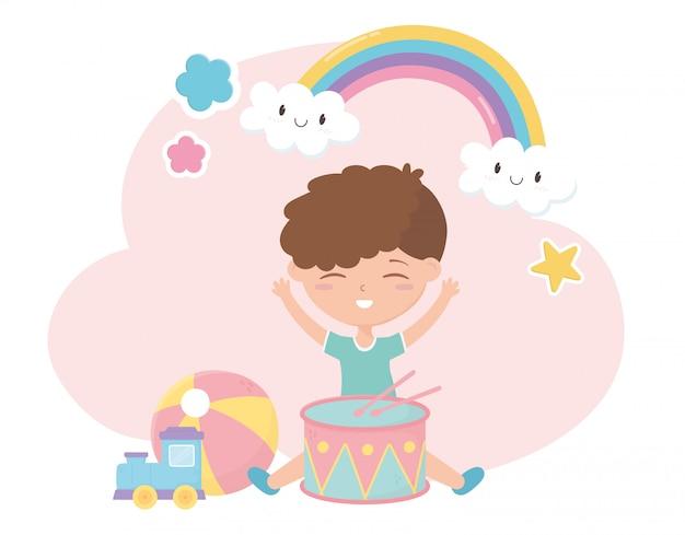 Детская зона, милый маленький мальчик с игрушечными барабанами