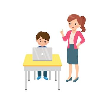 彼のラップトップを使用して男の子を指導する親切な女性教師。クラスルームの状況のクリップアート。ホームスクーリングのコンセプト。フラットは白い背景で隔離。