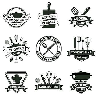 キッチンフードクッキング、カトラリー、キッチン用品ツールのエンブレム。料理学校のラベル、料理教室のバッジベクトルイラストセット。フードクッキングバッジ。シェフのためのコース、マスタークラス