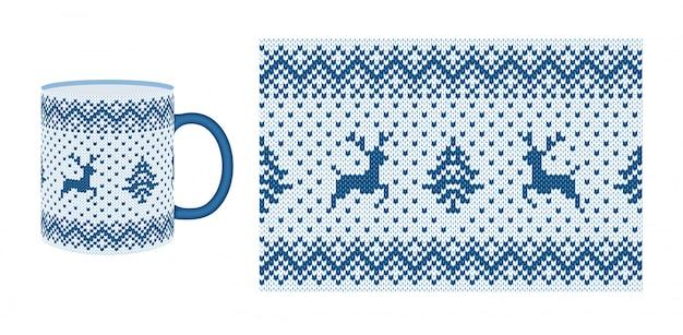 ニットのシームレスなパターン。クリスマス境界線テクスチャ。 。鹿、ツリーとクリスマスフェアアイルフレーム。カップ、皿、食器用のニットセータープリント。休日の冬の背景。白青のイラスト。