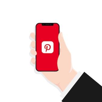 우크라이나 키예프 - 2021년 3월 30일: 아이폰 화면의 pinterest 앱. ui ux 흰색 사용자 인터페이스.