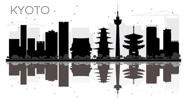 반사와 교토 시 스카이 라인 흑백 실루엣. 벡터 일러스트 레이 션. 관광 프레젠테이션, 배너, 현수막 또는 웹 사이트를 위한 단순한 평면 개념입니다. 랜드마크가 있는 도시 풍경