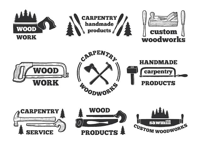Этикетки для деревообрабатывающего цеха. монохромные иллюстрации с плотничными инструментами. эмблема мастерская, логотип столярные изделия ручной работы