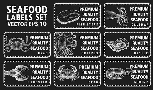 해산물 레이블. 상점과 시장에 대한 빈티지 세트 템플릿 가격표. 분필 보드에 삽화.