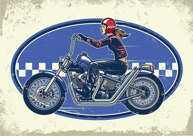 ヴィンテージの質感を持つ女性バイカーに乗るチョッパーバイク