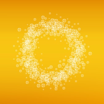 ラガービール。クラフトスプラッシュの背景。オクトーバーフェストの泡。リアルな泡のバイエルンエールのパイント。レストラン用の冷たい液体飲料。ゴールデンメニューデザイン。ビールの背景にゴールドのマグカップ。